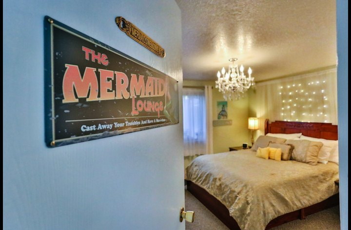 Mermaids Lounge, Queen Bed